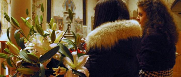Elena e Arianna consegnano gli omaggi ai nostri ospiti